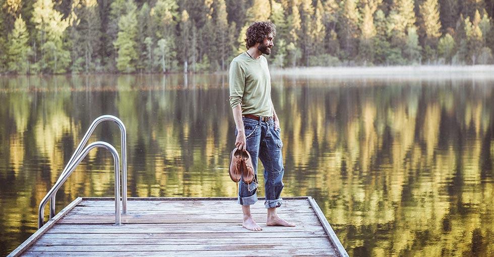 Mann mit Haferlschuhen am See